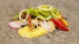 和洋折衷の一品料理をご用意。海鮮を使った品々も自慢です。