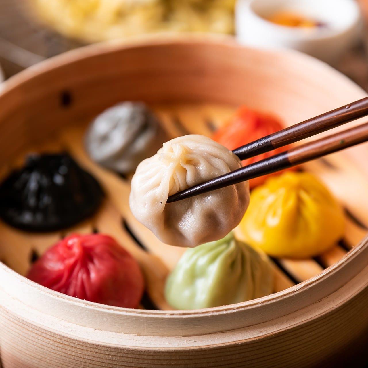 彩り鮮やかな「レインボー小籠包」感動の味が七色に心に響く。