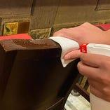 メニューや卓上の備品、イスなどの共有部はご利用ごとに消毒