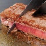 ふっくらとやわらかいステーキに、スッとナイフが通ります