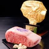 世界に誇る神戸牛。当店でもコース、アラカルトメニューで取り扱っております