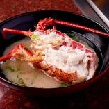 ロブスターは鉄板焼だけでなく、お頭のお味噌汁も沁みる美味しさ。