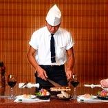 【鉄板焼ステーキ】元祖の店として、ディナーはもちろん、ランチタイムも全席目の前の鉄板で調理いたします。
