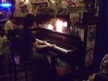 火曜日にはピアノ演奏も楽しんで頂けます。リクエスト大歓迎!