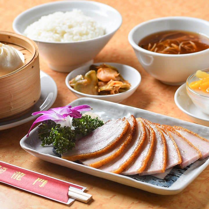 『カリカリ皮付き焼き豚肉セット』は、脂の甘さが絶品です