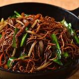独特の麺と醤油が香ばしい『鉄板醤油焼きそば』