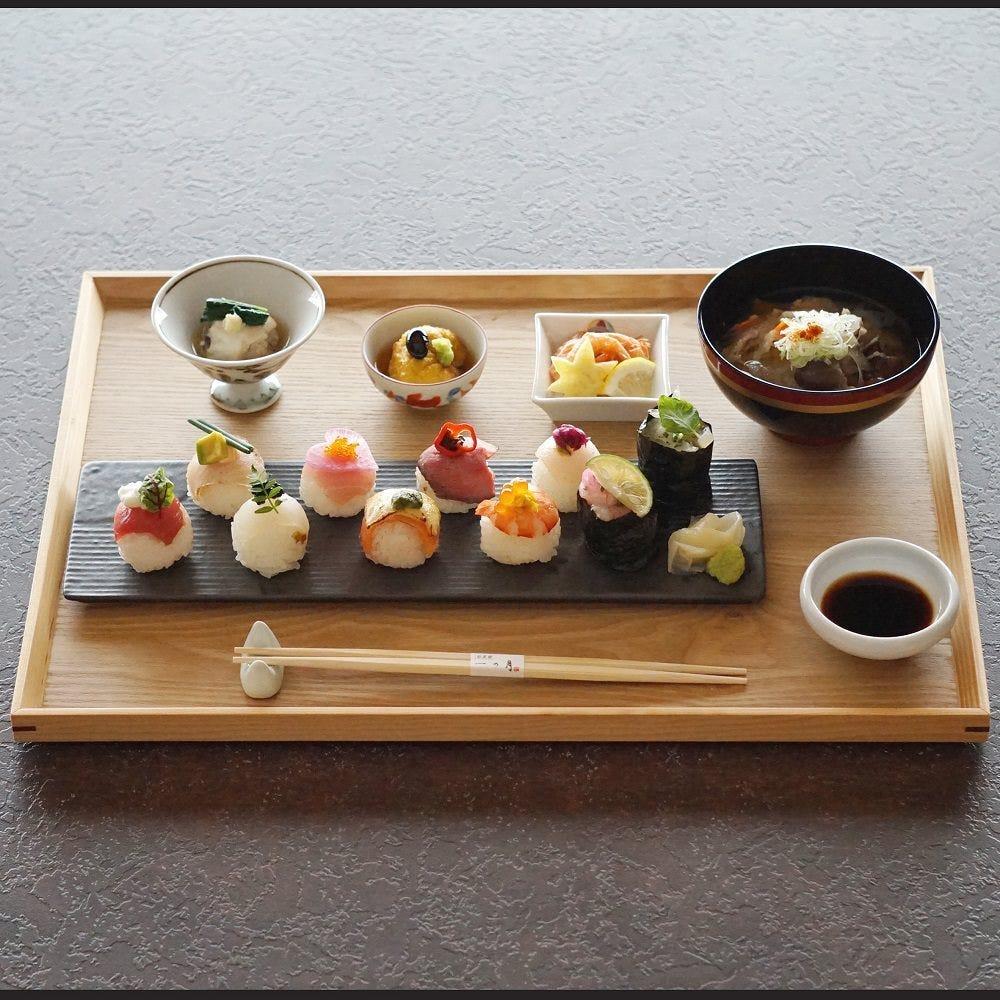 手毬寿司に小鉢・味噌汁がセットになったスタンダードな御膳