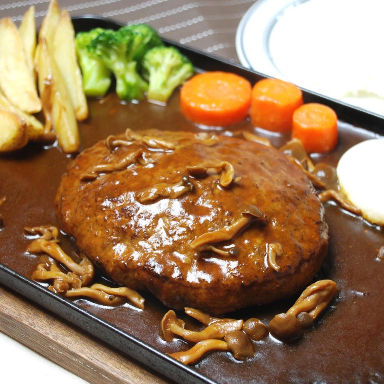 自社産牛肉を使ったデミグラスハンバーグは人気No.1メニューです
