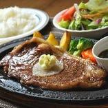 自社製牛肉を使用したこだわりの料理をバラエティ豊かにご用意