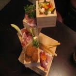コースの前菜、当社のオリジナルの器 「枡タワー」に盛られた前菜