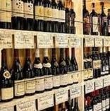 店内に並ぶ100種類以上のワイン