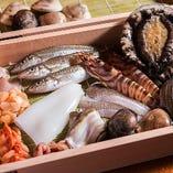 江戸前にこだわる穴子、きす、小柱や鮑などの豪華食材を使用。