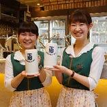[活気溢れるビヤホール] ビールの本場ドイツの民族衣装でお迎え