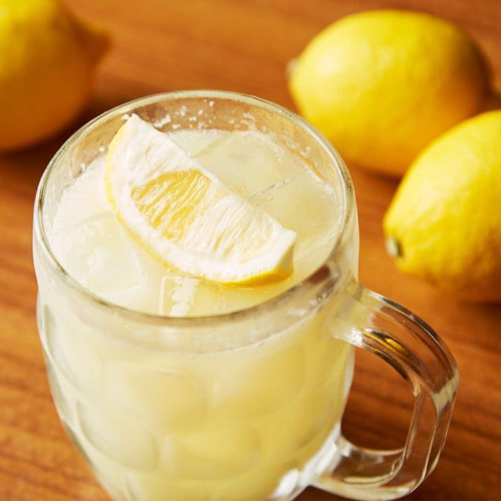 皮ごと絞った100%果汁のレモンサワー。牛たんとの相性も抜群