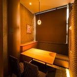 2~4名様の半個室は、柔らかな間接照明がアットホームな雰囲気を醸し出し、デートや少人数でのご宴会などゆっくりとお過ごしいただける空間です。