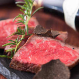 「黒樺牛のシンタマ炙り」とろけるような食感と肉本来の旨みが魅力的な黒樺牛。軽く炙ることでさらに脂の美味しさが際立ちます。
