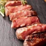 「熟成厚切り焼きたん」表面は香ばしく、中はレア気味に焼上げ、噛めば噛むほどに口の中で広がる、凝縮した旨みと肉汁の美味しさをご堪能いただけます。