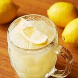 """広島産レモン""""岡本さんのレモン""""を使用した自慢の「生レモンサワー」。防腐剤を使用していないレモンのため、皮ごと絞った100%果汁を使用。レモンの香り高く、やさしい苦みと清涼感が抜群。"""