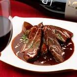 厚切り牛タンの赤ワイン煮込み