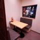 歌舞伎町を感じさせない半個室感覚のテーブル席!