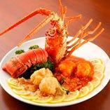伊勢エビの大ぶりの身からジュワッと広がる海老の旨味を味わえる「伊勢エビのチリソース煮」