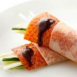パリッとした食感と芳ばしさを素材と一緒に味わえる「北京ダック」