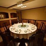 隠れ家のような場所にあり、シックに設えた完全個室は4〜12名様でご利用可能
