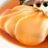 プリプリの身からは噛むほどに旨味が染み出す逸品「アワビのオイスターソース」