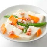 サッパリとした味わいの中に広がる塩味の風味を堪能できる「蟹肉と豆腐煮込み」