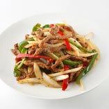 シャキシャキとした野菜の食感と旨味が肉の風味をもり立てる「牛肉と黒胡椒炒め」