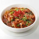 ピリ辛に仕上げたスープに牛肉の甘味が染み出し、深い味わいを楽しめる「牛肉の四川風煮込み」