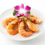 海老をシンプルにカラッと揚げて塩胡椒で整え、素材の旨味を満喫できる「有頭エビの香り揚げ」