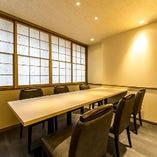 6名様までご利用可能なお席です。ゆったりとした空間は接待や商談にも最適。プライベート感ある落ち着いた大人の雰囲気の中、心行くまで自慢の料理とお酒をお愉しみ下さい。