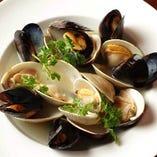 色々な貝の白ワイン蒸し ハーブの香りを添えて