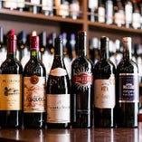 世界中から厳選して仕入れた700種類以上のワインが壮観です