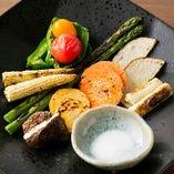 季節の野菜を炭火焼きした逸品『野菜の八寸』