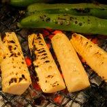 春の食材たけのこや空豆を炭火でじっくり丁寧に焼き上げます