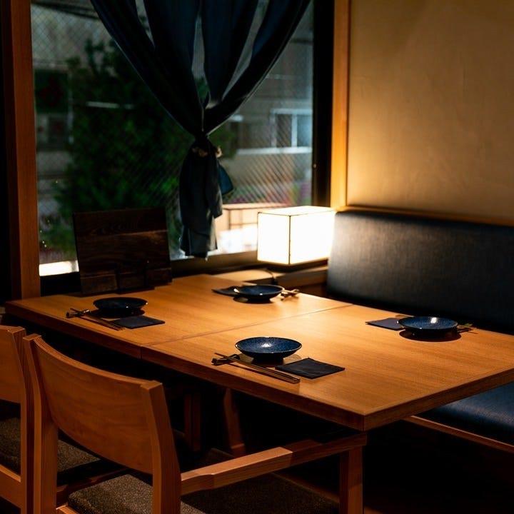 間接照明が優しく照らすテーブル席はレイアウトの変更も可能です