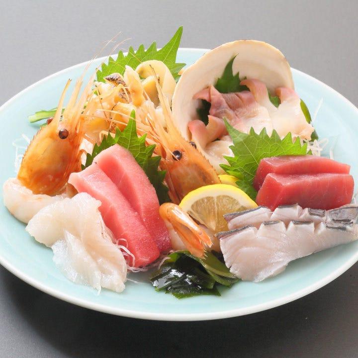 市場から直送で届く新鮮魚介を刺身や鮨で存分に味わえる