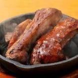[骨付き豚カルビ肉] ソースは3種BBQ、オニオン、ねぎ塩