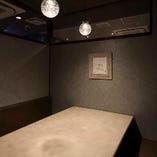 【個室】ゆとりを持った広いテーブルと落ち着いた和の空間