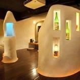 かまくらの様な白い壁に囲まれ、そこに灯る光が幻想的な店内。