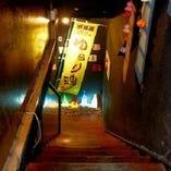 優しい明かりと和の趣を存分に配した階段が 隠れ家的なくつろぎ空間へ誘う