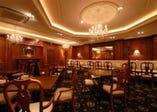 2F カフェ、バー&レストラン