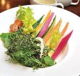 野菜スティックと大西ハーブ農園のサラダ