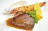有頭海老フライと国産牛ランプステーキ<Fried prawn and beef rump steak>