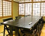 個室は最大12名様まで対応 (テーブル+椅子席は10名様迄)