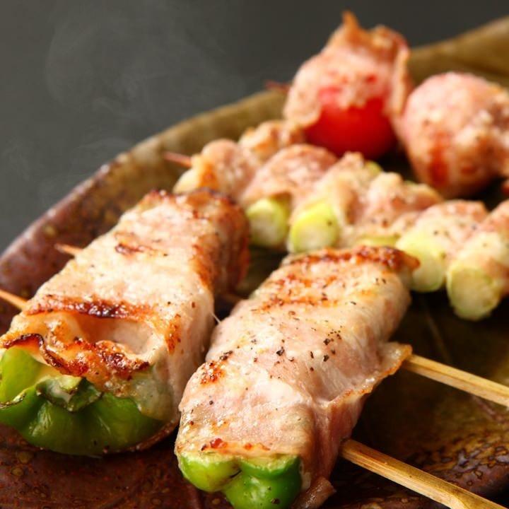 新鮮野菜をこだわりの豚バラで包んだ、巻き串は人気の逸品!!