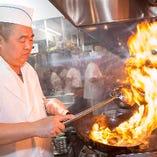 全品手作り!!本場の技が生む絶品! 当店には経験豊富な本場中国出身の料理人が多数在籍。自慢の小籠包をはじめとした点心、フカヒレの姿煮や北京ダックなどの高級本格中華まですべて手作りにてお作りしております。食・味に敏感な日本人のお客様の繊細な舌を満足させられるよう、これからも腕を磨き続けます!