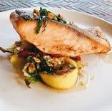 新鮮魚介や世界の食材が主役の季節の味覚をご用意。熟練シェフが丹精込めて作る美皿の数々をご賞味ください